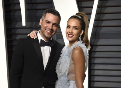 Cash Warren, left, and Jessica Alba arrive at the Vanity Fair Oscar Party on Sunday, Feb. 26, 2017, in Beverly Hills, Calif. (Photo by Evan Agostini/Invision/AP)